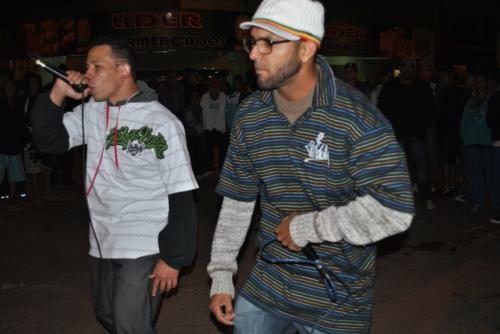 Rapper Linha Dura e Mc Dimenor (camiseta branca) em apresentação na Feirinha Cultural
