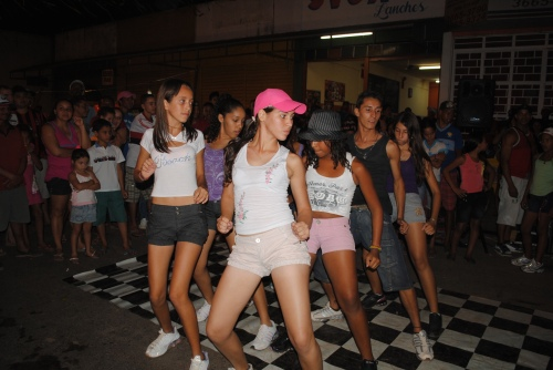 Alunos da oficina de dança da CUFA apresentando Street Dance