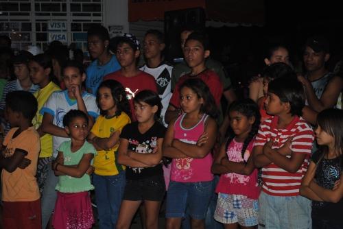A comunidade assistindo as apresentações artisticas e culturais da CUFA-MT na Feirinha Cultural