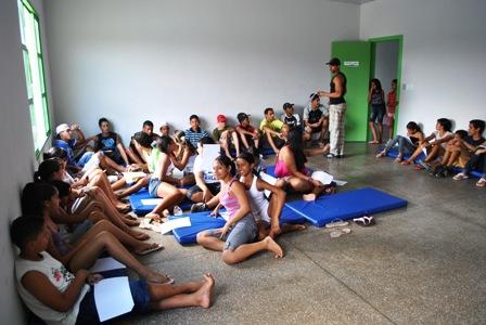 Adolescentes esperando o início da palestra