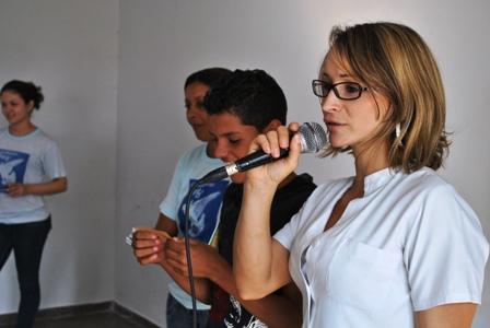 Enfermeira Damiani Bess falando aos adolescentes