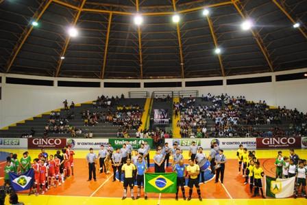 Atletas e expectadores se preparando para cantar o Hino Nacional