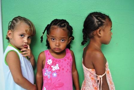 Crianças atendidas pela Creche Lais Amicucci apresentando o novo penteado