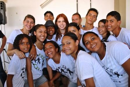 Alunos da Oficina de dança da CUFA e a atriz Caroline Figueiredo