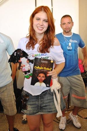 Atriz Caroline Figueiredo recebeu de presente da CUFA Cuiabá o Kit pedagógico Pixaim