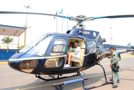 Ariabillye Keiryan da oficina de dança da CUFA se preparando para dar um passeio de helicóptero