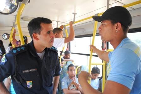 Capitão Moraes (à esquerda) e o professor Gleiberson conversando sobre os projetos de dança da CUFA