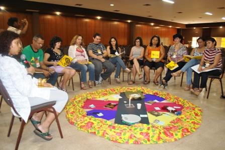 Profª Andréia (à esquerda) formadora do encontro dirigindo a discussão sobre memória