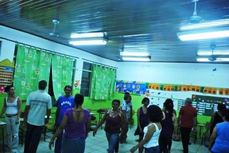 Mazé Oliveira coordenadora da CIA de Teatro Fuzuê da CUFA-MT em atividade lúdica com os alunos
