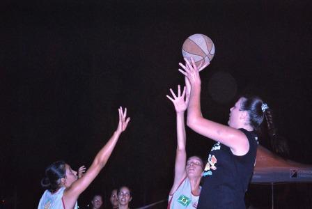 """A pivô Estela da equipe """"As Mina"""" tirando proveito com seus 1,94m na final contra o time """"I Carli"""""""