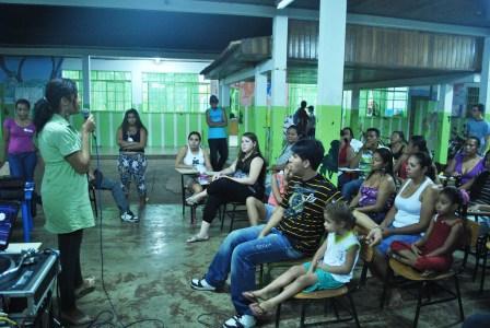 Karina Santiago apresentando as ações da CUFA-MT desenvolvidas no CECC