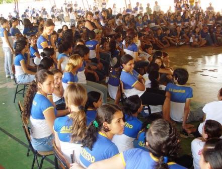 """Alunos da Escola Julio Müller,em Barra do Bugres a espera da apresentação da peça teatral """"Cabelo Ruim?"""""""