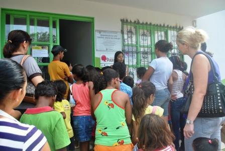 Karina Santiago recebendo com muita satisfação os alunos e seus professores