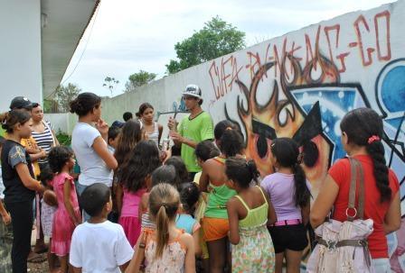 Diogo Rodrigues explicando para a criançada a diferença entre grafite e Pichação