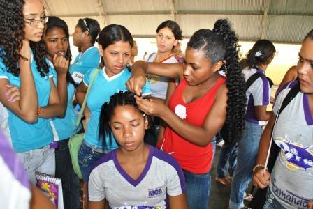 Tatiane Amorim ministrando  oficina de trança