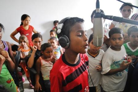 MC Piá de apenas 11anos , cantando Rap no Estúdio Nova Guarda para alunos da escola Antônio Lino