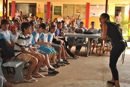 Alunos da escola Waldemon Moraes Coelho,Campo Verde, atentos a apresentação teatral