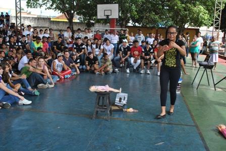 """Apresentação da peça """"Cabelo Ruim?"""" na escola Antônio Cristino Cortes em Barra do Garças"""