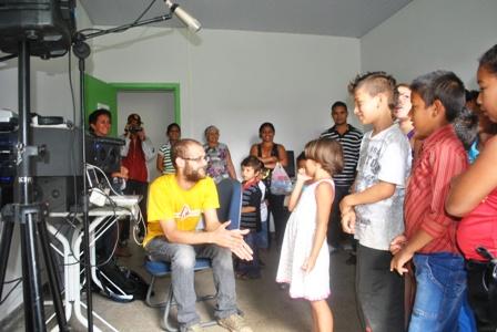 Markito,responsável pelo Estúdio Nova Guarda,explicando os procedimentos de gravação em estúdios