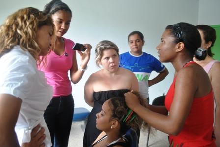 Alunas atentas na oficina de trança afro ministradas por Tatiane Amorim (blusa vermelha)