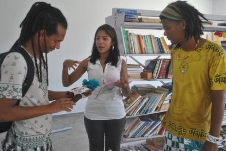 Karina apresentando a boneca negra,confeccionada nas oficinas do Ponto de Cultura Pixaim,aos visitantes
