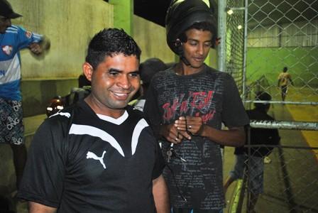 Reginaldo da Silva (à esquerda de camiseta preta com  listras brancas)  satisfeito com o evento