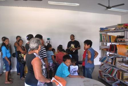 Ederson Déka apresentando a biblioteca no Centro Esportivo e Cultural CUFA, para professores,alunos e alguns pais
