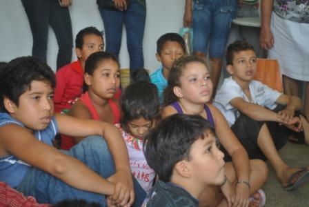 Alunos assistindo o vídeo institucional da CUFA
