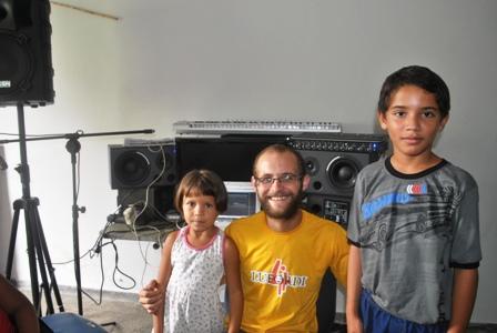 Letícia (5), Markito (camiseta amarela) e Wanduilson (10) comemoram o sucesso da gravação