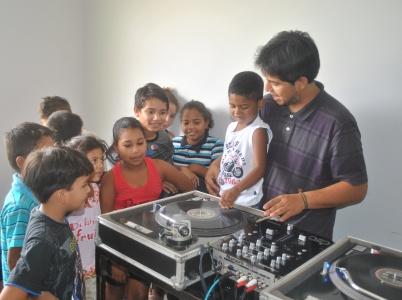 Criançada animada com a Oficina de DJ com Japah2