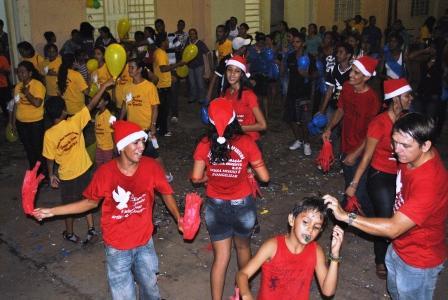 Jovens,crianças e adultos contagiados pela alegria