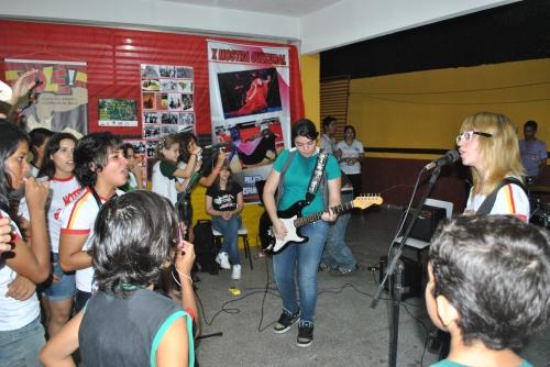 Banda Amônia,composta por alunos da escola, em apresentação