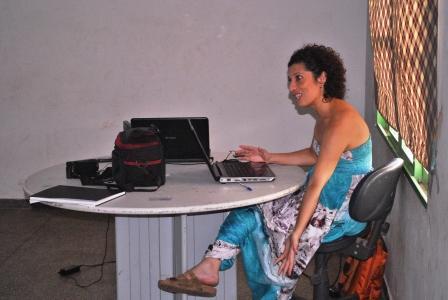 Mazé Oliveira,coordenadora de Projetos da CUFA-MT,explicando os passos de um projeto