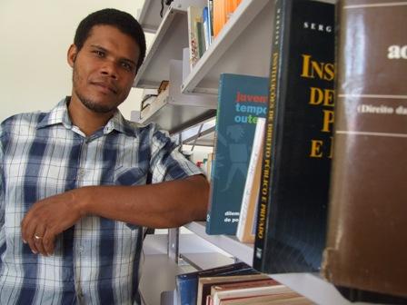 Ederson Déka tem 31 anos, é mestrando da Universidade Federal de Mato Grosso e membro da CUFA (Central Única das Favelas de Mato Grosso),onde atua como Coordenador estadual de Comunicação.