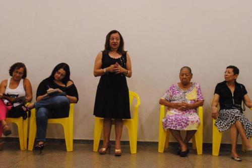 Secretária Adjunta de Educação da cidade de Cuiabá (SME), Cilene Maria Lima Antunes Maciel(em pé) ,fala sobre a importância do projeto