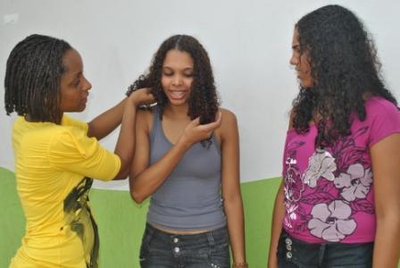 Neusa Baptista ajeitando as meninas para a sessão de fotos
