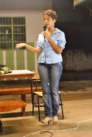 Karina Santiago falando da importância das contribuições dos presentes