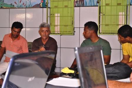 Marcos Vidal ( camiseta marrom-Presidente do Manduri) sugerindo alterações no projeto