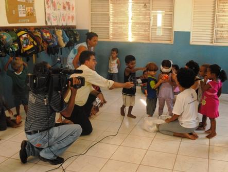 Crianças encantadas com o mundo da televisão