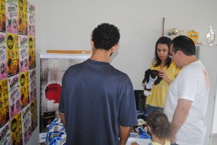 Convidados conhecendo as bonecas negras do Ponto de Cultura Pixaim