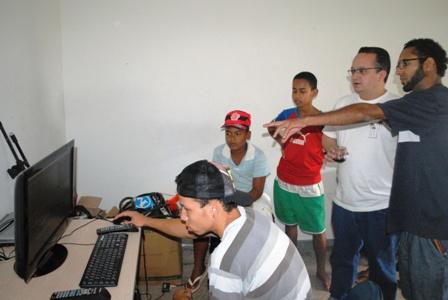 Paulo Ávila apresenta para o Senador o trabalho de jovens talentos do rap no Estúdio Nova Guarda