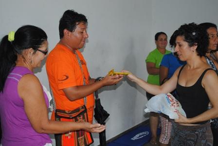 Mazé Oliveira (à direita de blusa preta) entregando CDs com atividades da oficina à participantes