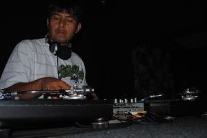 Dj Valenz discotecando na Casa Fora do Eixo Cuiaba