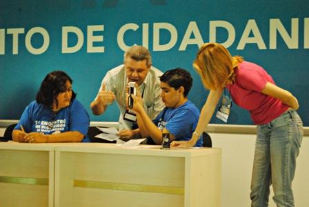 Jornalistas fazendo perguntas a Paulo Henrique Amorim