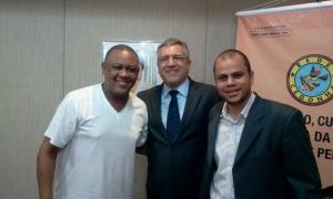 a seqüência:Celso Athayde (Secretário Geral da CUFA) Alexandre Padilha (Ministro da Saúde) Max Maciel (Coord. da CUFA-DF)