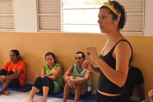 Mazé Oliveira explicando como será o exercício