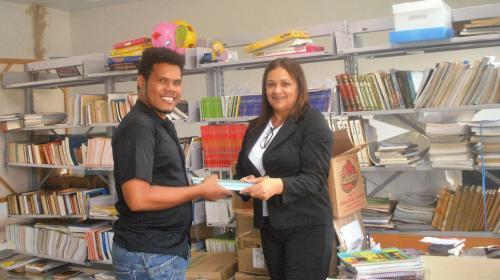 Ederson Fernandes (CUFA-MT) recebendo os livros das mãos de Kátia Stumpp (Assistente Social) da ELETROBRAS ELETRONORTE, Cuiabá/MT