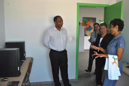 Visitantes conhecendo o Telecentro do CECC