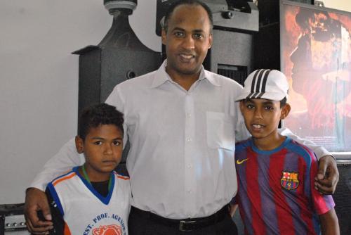 Paulo Henrique de Lima Borges,Presidente do Instituto Canopus, com MC Jander (camiseta branca) e MC Fabinho
