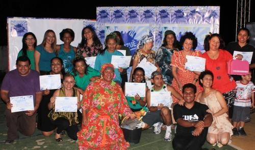 Participantes exibem certificados
